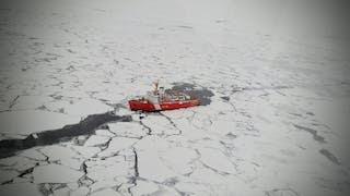 Un rompehielos abre un camino a través del témpano de hielo en el Océano Ártico.
