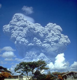 Nube volcánica sobre la base aérea de Clark, Filipinas.